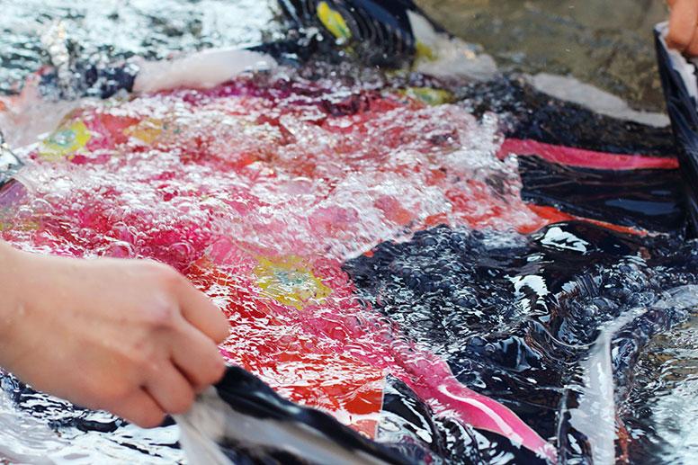 水の中での糊落とし作業