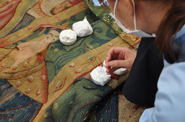 大学院「染織品保存修復演習」内 タペストリーの保存処置