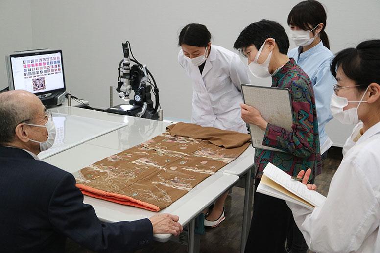 重要無形文化財保持者(友禅染)の二塚長生先生を囲んでの意見交換